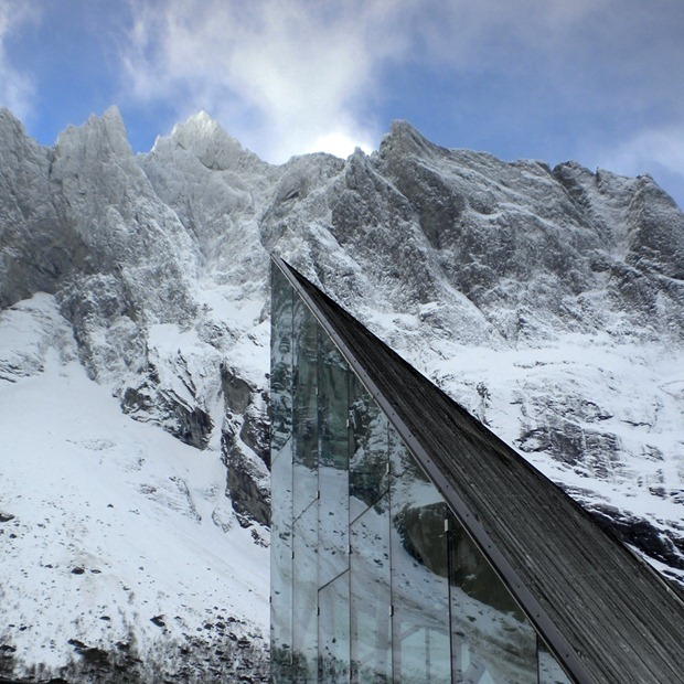 New-restaurant-and-service-building-at-the-foot-of-the-mountains-in-norway-2