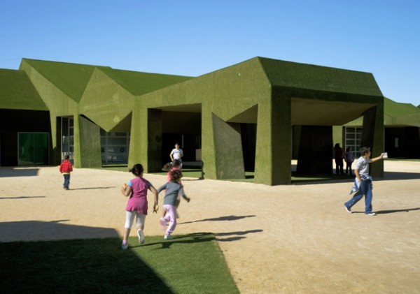 School-covered-in-grass-by-estudio-huma-00-600x421